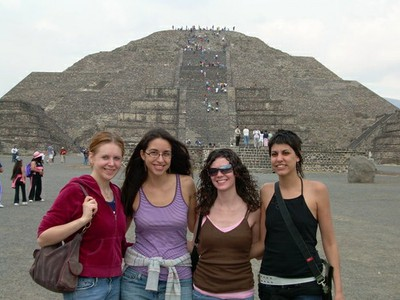 CLJ students in front of la piramide de la luna.